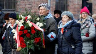 Les survivants portent une couronne à la une cérémonie de dépôt de gerbes au «mur de la mort» de l'ancien camp de concentration et d'extermination nazi d'Auschwitz, lors des cérémonies du 75e anniversaire de la libération.Oswiecim, Pologne, le 27/01/2020.2