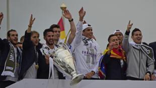 Các nhà vô địch Real trở về Madrid với chiếc Cúp C1 thứ 11.