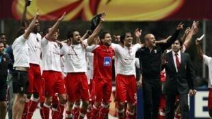 Los jugadores del Sporting Braga celebran su clasificación a la final de la Europa Liga después de derrotar al Benfica en Braga