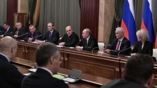 Le président russe Vladimir Poutine et le Premier ministre Mikhaïl Michoustine avec les membres du nouveau gouvernement à Moscou, ce mardi 21 janvier 2020.