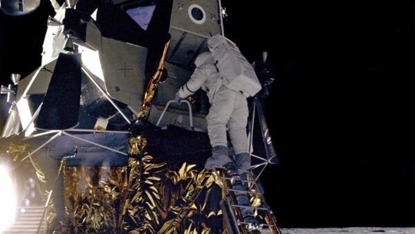 Alan L. Bean de la mission Apollo 12 descend du module d'alunissage Intrepid. C'est la deuxième équipe à avoir posé un pied sur le satellite de la Terre.