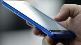 Acceder al correo electrónico con teléfonos inteligentes puede provocar en muchos usuarios el hábito de revisar constantemente su correo y a la larga provocar una adicción digital.
