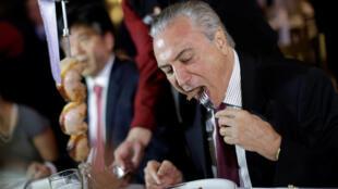 """Para demostrar que no hay motivo alguno de recelo, invitó a los embajadores a cenar en una """"churrascaria"""" (parrillada) al concluir la reunión. Foto del 19/03/2017."""