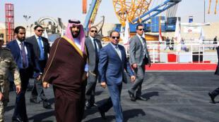 Le prince héritier saoudien Mohammed ben Salman et le président égyptien Abdel Fattah al-Sisi en visite au Canal de Suez le 5 mars 2018.