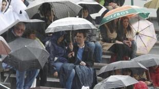 Зрители на матче Флорана Серра и Николая Давиденко, который пришлось остановить из-за дождя. Ролан Гаррос, Париж 28/05/2013