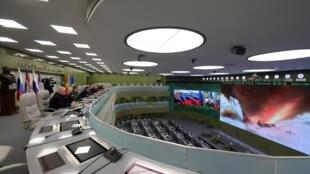 ولادیمیر پوتین، رئیس جمهوری روسیه در حال بازدید از مرکز کنترل دفاع ملی در مسکو برای نظارت بر پرتاب آزمایشی سلاح جدید ابرصوتی روسیه، پنجشنبه 26 دسامبر