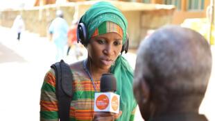 Une journaliste de Studio Kalangou, à Niamey, au Niger, en pleine interview.