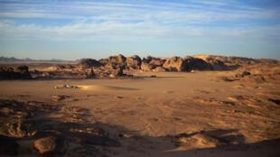 Le désert de Tamanrasset, au sud de l'Algérie, région frontalière avec le Niger et le Mali.