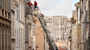 Специалисты обследуют соседние с рухнувшими здания в Марселе
