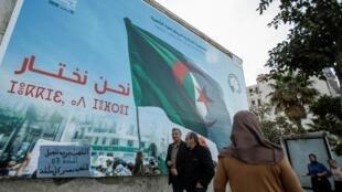 Cinq candidats sont en lice pour l'élection présidentielle en Algérie, dont deux anciens Premiers ministres, selon le président de l'Autorité de contrôle des élections, à Alger, le 2 novembre 2019.