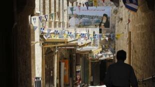 Rua de bairro cristão na Cidade Antiga de Jerusalém enfeitada para visita do papa Francisco