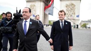 Tổng thống sắp mãn nhiệm François Hollande (T) và tổng thống tân cử Emmanuel Macron tại buổi lễ kỷ niệm chấm dứt Thế Chiến II, Khải Hoàn Môn, Paris, ngày 08/05/2017.