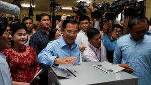 Thủ tướng Cam Bốt đồng thời là chủ tịch đảng Nhân Dân Cam Bốt (CPP) Hun Sen và phu nhân Bun Rany, bỏ phiếu tại Takhmao, tỉnh Kandal, ngày 29/07/2018.
