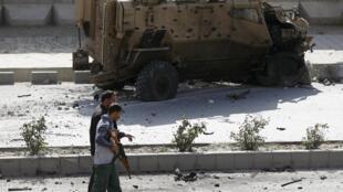 10月11日喀布尔一辆联军车辆被毁