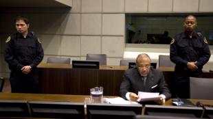 O ex-presidente da Libéria, Charles Taylor, cercado de policiais, durante seu processo no Tribunal Especial para a Serra Leoa, na Holanda, em 2011.