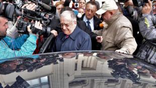 Дело вотношении Илиеску длится уже несколько лет. На фото: экс-президент после допроса в прокуратуре. Октябрь 2015 г.