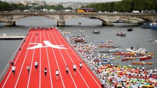 Đường đua nổi 100m điền kinh trên sông Seine trong Ngày Quốc tế Olympic tại Paris, ảnh chụp ngày 23/06/2017.