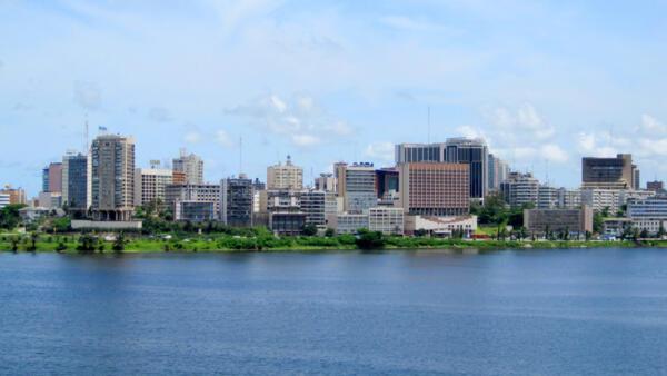 Vue du Plateau, le quartier d'affaires d'Abidjan, dans la baie de Cocody.
