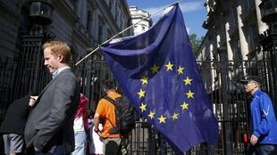 Homem caminha com bandeira da União Europeia, em 24 junho de 2016.