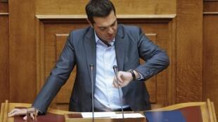 Le Premier ministre grec Alexis Tsipras, à la tribune du Parlement grec à Athènes après une longue nuit de débat, le 14 août 2015.