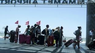 Du khách ồ ạt rời khỏi Tunisia sau vụ khủng bố đãm máu - Reuters