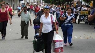 Les Vénézuéliens qui se trouvent  sur le pont  Simon Bolivar en Colombie, ont profitté de l'ouverture de la frontière pendant 12 heures,  pour se ravitailler en médicaments et en nourriture, le 17 juillet 2016.
