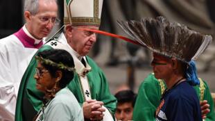 Des représentants des Indiens d'Amazonie en compagnie du pape François lors de grande messe consacrée au synode spécial sur l'Amazonie, le 6 octobre 2019.