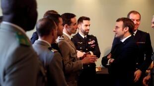 Le président français Emmanuel Macron rencontre des officiers à l'Ecole militaire, à Paris, le 7 février 2020.