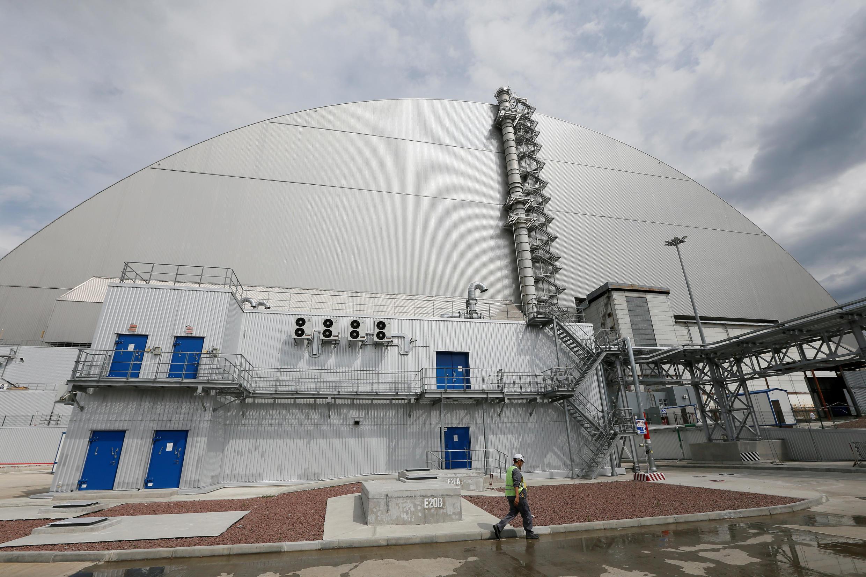 Новое изоляционное арочное сооружение над 4-м энергоблоком Чернобыльской АЭС. Оно накрыло собой старый саркофаг. Фото от июля 2019 г.
