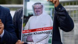 Người biểu tình cầm ảnh nhà báo Jamal Khashoggi đòi sự thật về vụ ông mất tích. Ảnh chụp ngày 05/10/2018, trước tòa lãnh sự Ả Rập Xê Út ở Istanbul.