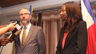 Le directeur Afrique du ministère français des Affaires étrangères, Rémi Maréchaux (g.), et Sylvie Baïpo-Temon, la ministre centrafricaine des Affaires étrangères (dr.), lors d'une conférence de presse à Bangui, le 26 novembre 2019.