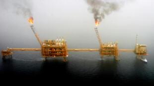 Plate-forme de production pétrolière située dans les champs pétrolifères de Soroush, dans le golfe Persique.