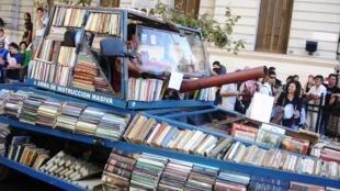 Nas ruas, tanques apenas de livros para não apagar nem deturpar a História.