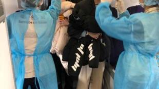 Pruebas de temeratura en un avión que se dirigía de Wuhan a Macao, el 22 de enero de 2020.