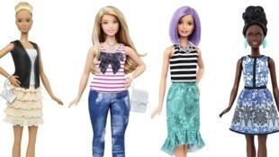 Les quatre Fashionistas de Mattel : la Barbie «classique» (2eD) avec Curvy aux courbes plus humaines (2e G), la grande (G) et la petite (D).