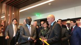 Le PDG d'Orange Stéphane Richard et du DG d'Orange Afrique et Moyen-Orient, Alioune Ndiaye, coupent le cordon inaugural du nouveau siège d'Orange Afrique à Casablanca au Maroc.