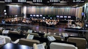 La bourse de Buenos Aires en Argentine a plongé de près de 38% lundi 12 août après la défaite de Mauricio Macri aux primaires.