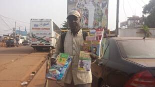 René, vendeur de livres à Yaoundé