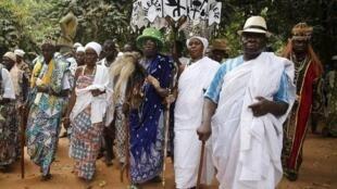 Beninenses adeptos do vodu participam de festival dedicado a essa religião africana, semelhante ao candomblé, que cultua os antepassados e é tradicional no Benin.