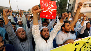 Les manifestants sont immédiatement descendus par milliers dans la rue. Ici, les partisans du Jamaat-e-islami, à Karachi, le 31 octobre 2018. «Prêts à sacrifier nos vies», peut-on lire sur la pancarte.