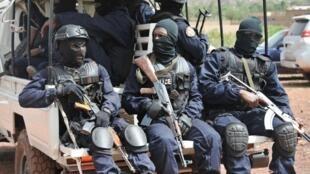 Les Forsat arrivent à l'entrée du complexe de villégiature de Kangaba, dans la banlieue de Bamako, le 18 juin 2017.