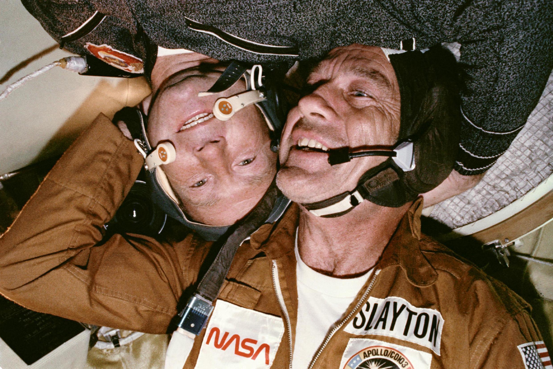 L'astronaute Donald K. Slayton et le cosmonaute Alexey A. Leonov durant la mission conjointe Apollo-Soyouz.