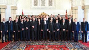 Le roi Mohammed VI et le nouveau gouvernement, le 5 avril 2017 à Rabat.