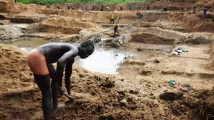 Des mineurs travaillent à la recherche de diamants dans une mine de Banengbele en Centrafrique, le 22 mai 2015. (image d'illustration)