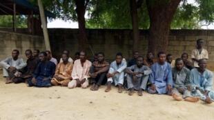 'Yan kungiyar Boko Haram da suka taka rawa wajen sace 'yan matan sakandaren Chibok a shekarar 2014,  bayan shiga hannun jami'an tsaro a in Maiduguri. 18 ga watan Yuli, 2018.