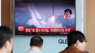 Tại một ga xe lửa ở Seoul, Hàn Quốc, người dân đang xem một bản tin thời sự về việc Bắc Triều Tiên bắn tên lửa. Ảnh chụp ngày 08/06/2017.