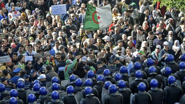 Milhares foram às ruas da capital Alger nesta quarta (11), véspera da eleição presidencial
