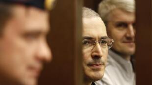 Михаил Ходорковский и Платон Лебедев в боксе для обвиняемых на процессе в Москве 22 октября 2010 года