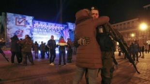 Les pro-russes fêtent leur « victoire », le 2 novembre 2014 au soir, à Donetsk.