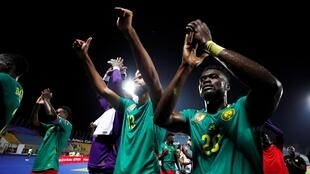Les Camerounais (Eric-Maxim Choupo-Moting, au centre, et Olivier Boumal, à droite), lors de la CAN 2019.
